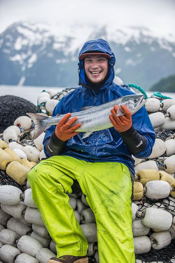Pescador de salmão selvagem feliz