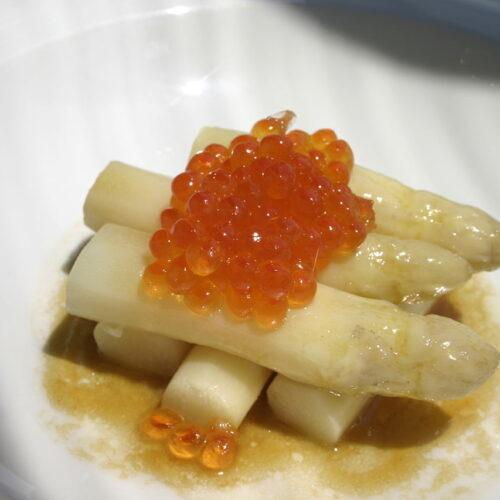 Espargos estufados em azeite e regoliz com ikura e redução de molho ponzu