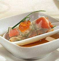 Ikura sobre canelonis transparentes de salmão e legumes