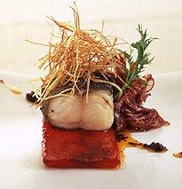Peixe-carvão com cebola caramelizada, pimentos assados no forno, alho francês estaladiço e azeite chouriceiro