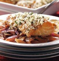 Peixe Carvao Do Alasca Com Crosta De Tomilho Sobre Cebolas Vermelhas Estofadas