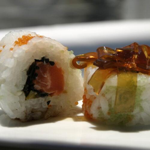 Sashimi de Salmão Vermelho com flor de alho e gelatina de emulsão do branco da laranja
